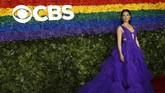 Lucy Liu memilih gaun ungu bertumpuk berbahan tulle yang seksi. Gaun ini merupakan rancangan desainer Christian Siriano. (REUTERS/Andrew Kelly)