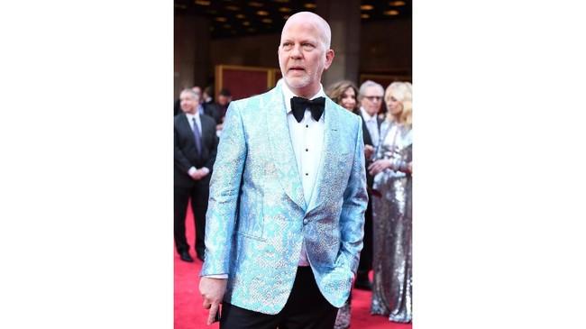 Ryan Murphy tak mau kalah dengan para perempuan. Murphy memilih memakai tuxedo biru muda yang dipadukan dengan celana panjang hitam dan bowtie. (Jenny Anderson/Getty Images for Tony Awards Productions/AFP)