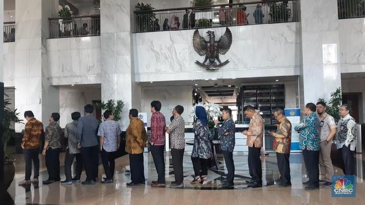 Pegawai Kementerian Keuangan mengantre untuk bersilahturahmi dengan Menteri Keuangan