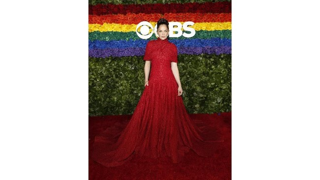 Ruth Wilson di red carpet Tony Awards 219 memilih memakai gaun merah panjang yang tertutup rancangan Brandon Maxwell (Reuters/Andrew Kelly).