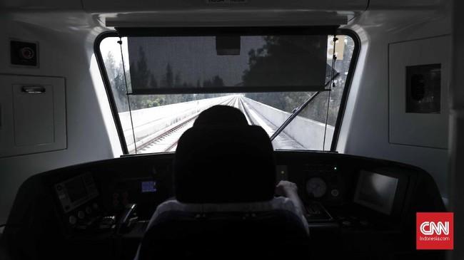 Rute LRT Jakarta sendiri terbentang sejauh 5,8 kilometer dari kawasan Rawamangun hingga Kelapa Gading. Tiket LRT Jakarta dihargai Rp 5.000 yang berlaku flat. (CNNIndonesia/Safir Makki)
