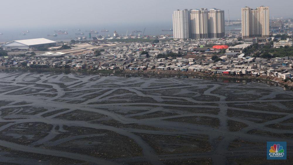 Saat ini sepertiga luas Waduk Pluit, Jakarta Utara, mengalami pendangkalan. Saat ini Pemprov DKI Jakarta melakukan pemeliharaan sedimen, guna mengatasi persoalan tersebut. (CNBC Indonesia/Muhammad Sabki)