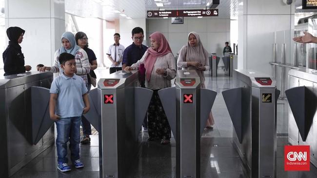 Ada beberapa tata cara yang mesti diikuti masyarakat bila berminat menjajal LRT. Pertama-tama, mesti mendaftar dengan mengisi data diri di situs LRT. (CNNIndonesia/Safir Makki)
