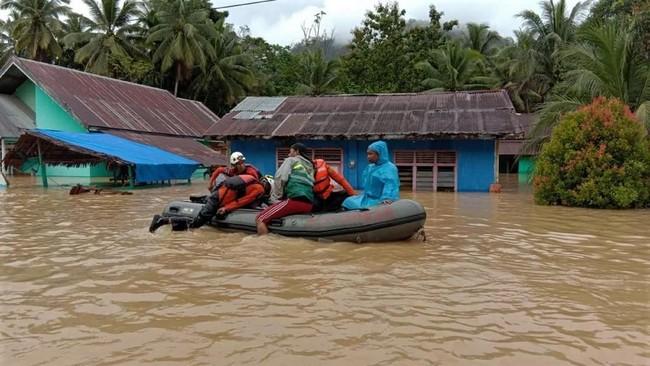 Banjir dan banjir bandang menerjang sebagian wilayah Sulawesi sejak beberapa hari lalu. Kabupaten Konawe Utara, Sulawesi Tenggara jadi salah satu daerah paling terdampak banjir. (ANTARA FOTO/HumasSAR/Jjn)