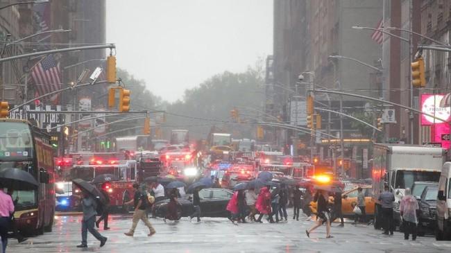 Orang-orang yang berada dalam gedung mengaku merasakan guncangan kuat diduga akibat jatuhnya helikopter. (REUTERS/Brendan McDermid)