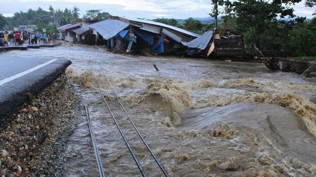 Alih fungsi lahan hutan menjadi perkebunan kelapa sawit dan penambangan nikel juga turut memperparah banjir bandang di Konawe. (ANTARA FOTO/Jojon)