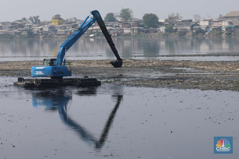 Selain melakukan pengerukan, Dinas Sumber Daya Air (SDA) Provinsi DKI Jakarta telah melakukan proses pengepokan terhadap lapisan sedimen yang dilaksanakan sejak akhir April lalu. Pengerjaan ditargetkan dapat rampung dalam empat bulan ke depan. (CNBC Indonesia/Muhammad Sabki)