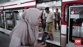 Kapasitas LRT sendiri 135 penumpang per-gerbong dan berkecepatan rata-rata 20-40 kilometer per-jam. (CNNIndonesia/Safir Makki)