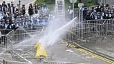Menjelang sore, regu antihuru-hara kepolisian Hong Kong melepaskan gas air mata untuk membubarkan massa demonstran. (Photo by Anthony WALLACE / AFP)