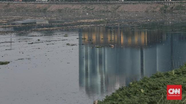 Menurut Anies, air yang berkurang di Waduk Pluit akibat pengerukan itu justru menjadi tanda bahwa Waduk Pluitsedang dipelihara, bukan ditelantarkan. (CNN Indonesia/Andry Novelino)