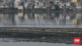 Hampir sepertiga luas waduk Pluit, Jakarta Utara mengalami pendangkalan, dan Pemprov DKI pun melakukan pemeliharaan lewat pengerukan sedimen. (CNN Indonesia/Andry Novelino)