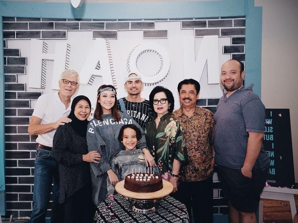 Senangnya, saat ulang tahun Noah, dirayakan bersama keluarga besar.Tentu dengan kue cokelat yang sepertinya dibuat sendiri oleh sang mamah, BCL. Foto: Instagram@bclsinclair