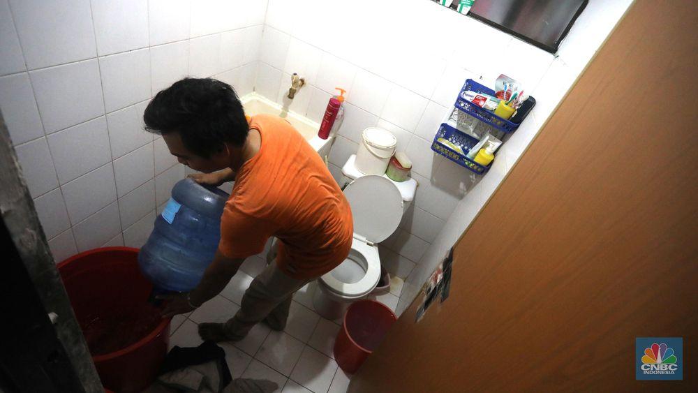 Biasanya air galon warga beli dari penjual di wilayah Apartemen tersebut. (CNBC Indonesia/Muhammad Sabki)