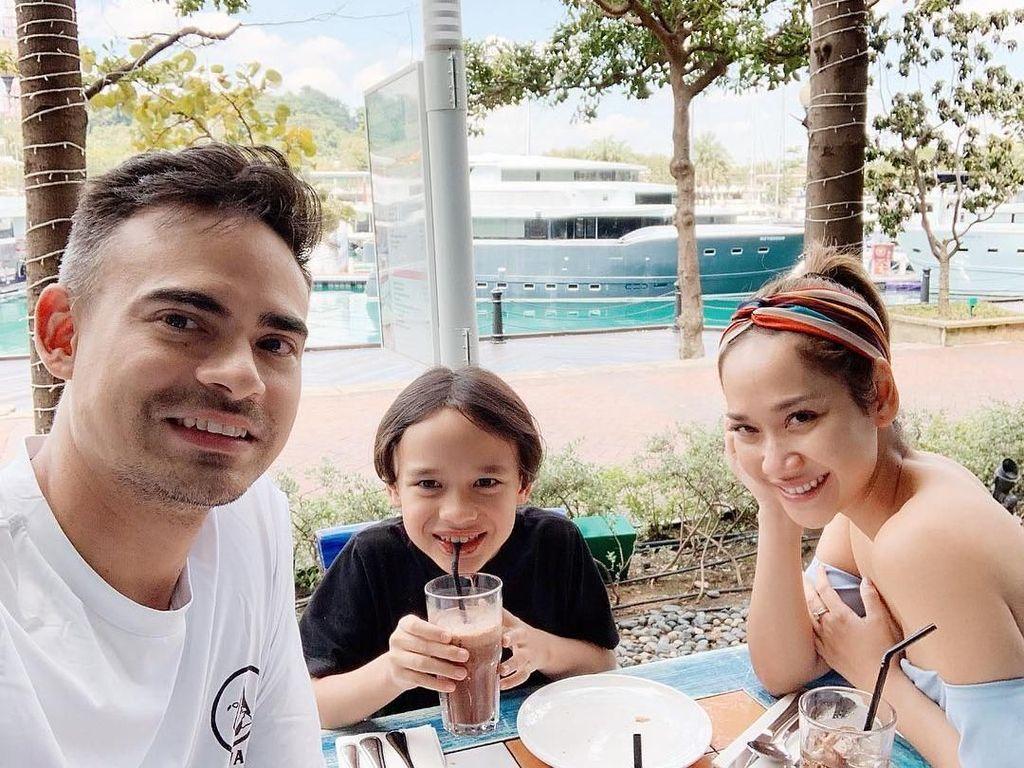Sedang berada di Singapura. Noah menikmati es cokelat ditemani BCL dan Ashraf Sinclair. Foto: Instagram@bclsinclair