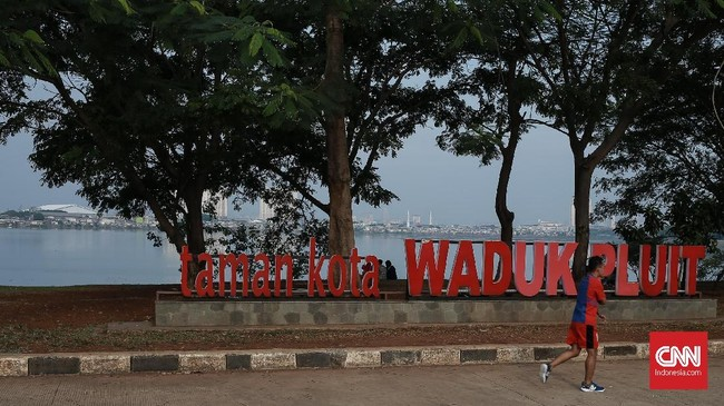 Asisten Pembangunan dan Lingkungan Hidup Setda DKI Jakarta Yusmada Faizal menjelaskan untuk pengerukan Waduk Pluit, pihaknya sengaja menurunkan air ke kondisi low water levelagar pekerjaannya efektif. (CNN Indonesia/Andry Novelino)