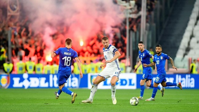 Dimotori oleh Edin Dzeko dan Miralem Pjanic, Bosnia bisa memberikan perlawanan sengit pada Italia. (REUTERS/Massimo Pinca)