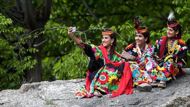 Di Bumburate, terpajang spanduk peringatan bahwa pendatang harus meminta izin untuk mengambil foto dan video masyarakat Kalash, terutama kaum perempuan.