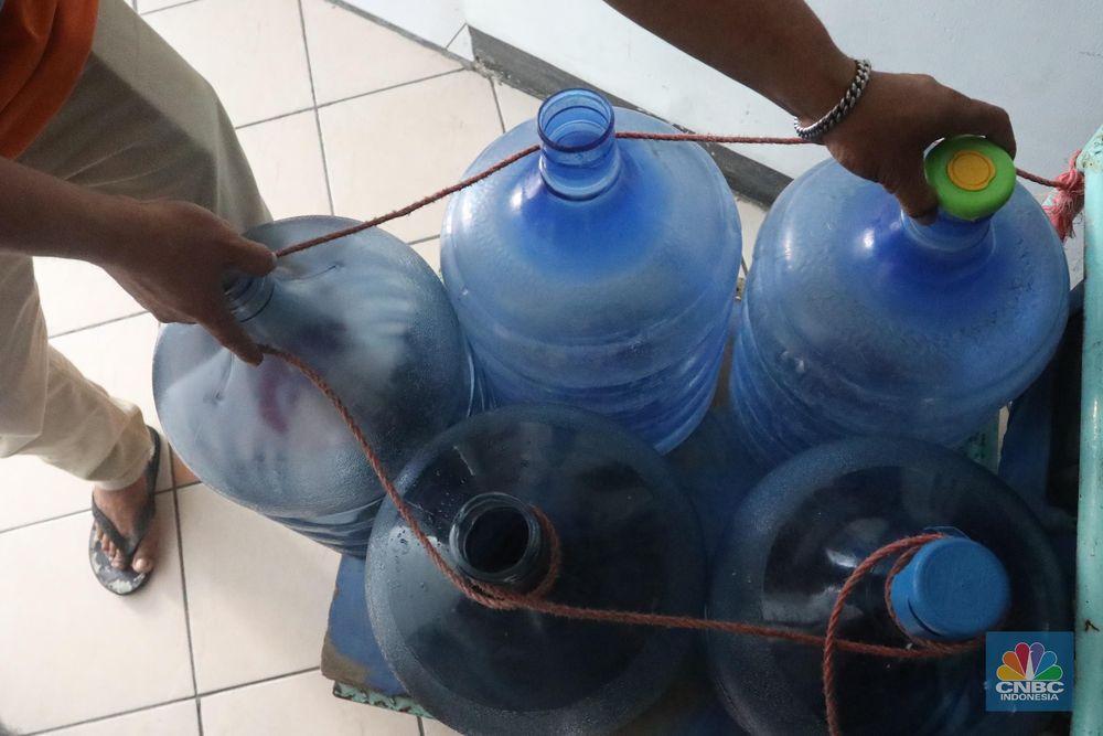 Salahseorangasisten rumah tangga di Apartemen disini bernama Mumun mengatakan, majiakannya bisa menkonsumsi air galon sehari 4-5 galon untuk mandi dan cuci piring. (CNBC Indonesia/Muhammad Sabki)