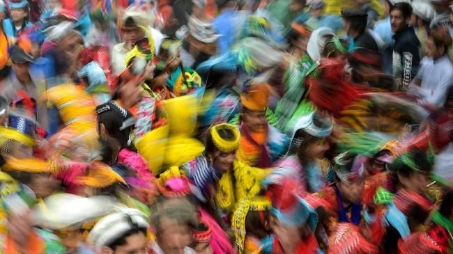 Kisah mengenai kehidupan komunitas Kalash yang terkesan berbeda dengan mayoritas masyarakat Pakistan sering dibuat-buat. Konsep bebas dalam kehidupan mereka sering disalah artikan, terutama sejak beberapa tahun terakhir melalui media sosial.