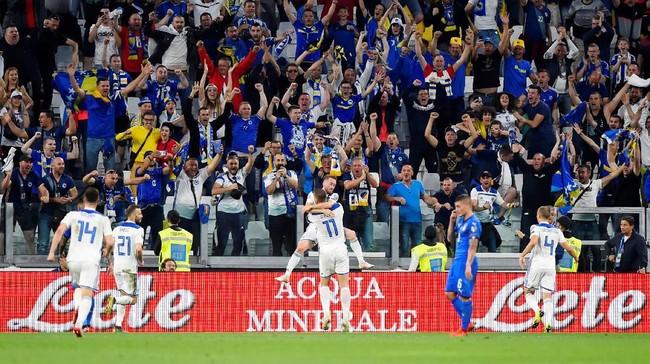 Bosnia bahkan berhasil unggul 1-0 lebih dulu lewat gol Edin Dzeko di menit ke-32. Dzeko dengan mudah menceploskan bola usai menerima umpan matang Edin Visca. (REUTERS/Massimo Pinca)