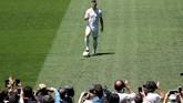 Jovic berpose dengan mengenakan kostum putih khas El Real di lapangan Stadion Santiago Bernabeu. (REUTERS/Susana Vera)