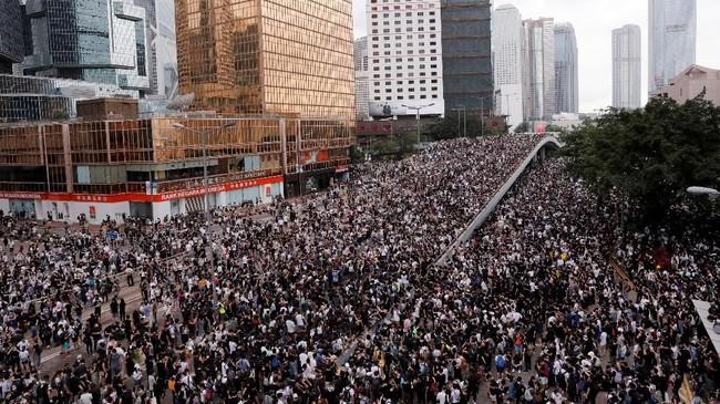 Warga kembali melakukan demonstrasi damai menolak pembahasan Rancangan Undang-Undang Ekstradisi, pada Rabu (12/6). (REUTERS/Tyrone Siu)