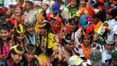 Di sebuah lembah terpencil di Pakistan, puluhan wanita kelompok minoritas Kalash menari untuk merayakan kedatangan musim semi - bersamaan dengan sekelompok pria yang berebut untuk menangkap momen tersebut dengan kamera di tangannya.