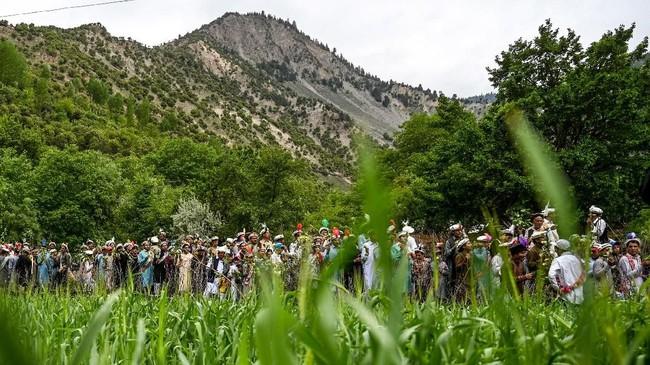 Kondisi itu telah lama membuat resah masyarakat Kalash. Mereka menganggap bahwa kedatangan turis bisa mengancam keberadaan tradisi mereka.