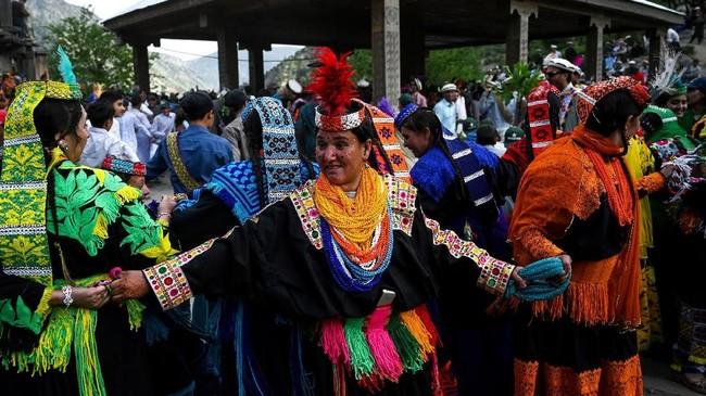 Dikenal dengan kulit pucat dan mata berwarna terang mereka, komunitas Kalash telah lama mengklaim hubungan leluhur dengan pasukan Alexander Agung - yang menaklukkan wilayah itu pada abad ke-empat sebelum Masehi.