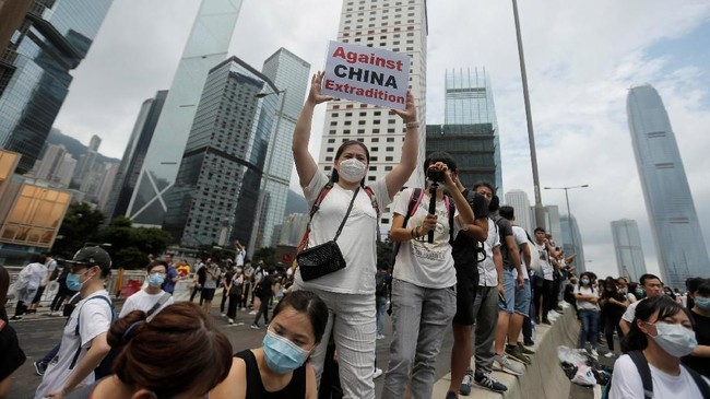 Para pengunjuk rasa yang kebanyakan muda-mudi mengepung kompleks gedung legislatif di pusat kota. (REUTERS/Thomas Peter)