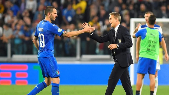 Roberto Mancini puas dengan semangat juang yang ditunjukkan oleh para pemain Italia. (REUTERS/Massimo Pinca)