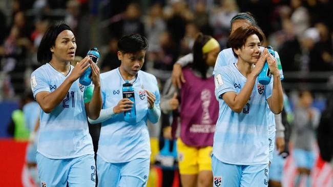 Sejumlah pemain timnas Thailand tak bisa menahan kesedihan karena kalah telak dari Amerika Serikat di laga perdana Piala Dunia Wanita 2019.(Photo by Thomas SAMSON / AFP)