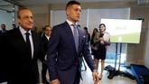 Presiden Real Madrid Florentino Perez bersama Luka Jovic menjelang perkenalan resmi striker timnas Serbia sebagai anggota baru Los Blancos. (REUTERS/Susana Vera)