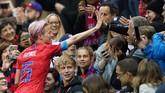 Amerika Serikat memberondong gawang Thailand dengan 10 gol tambahan di babak kedua. Megan Rapinoe terlihat merayakan gol bersama suporter.(Photo by Lionel BONAVENTURE / AFP)