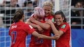 Perayaan gol Lindsay Horan bersama teman-temannya. Amerika Serikat unggul 3-0 di babak pertama.(Photo by Lionel BONAVENTURE / AFP)