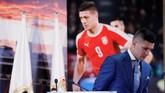 Luka Jovic turun dari podium ruang VIP Stadion Santiago Bernabeu dan menuju lapangan untuk berjumpa fan. (REUTERS/Susana Vera)