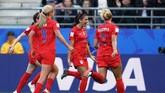 Alex Morgan membuka pesta gol Amerika Serikat lewat gol di menit ke-11. (Photo by Lionel BONAVENTURE / AFP)
