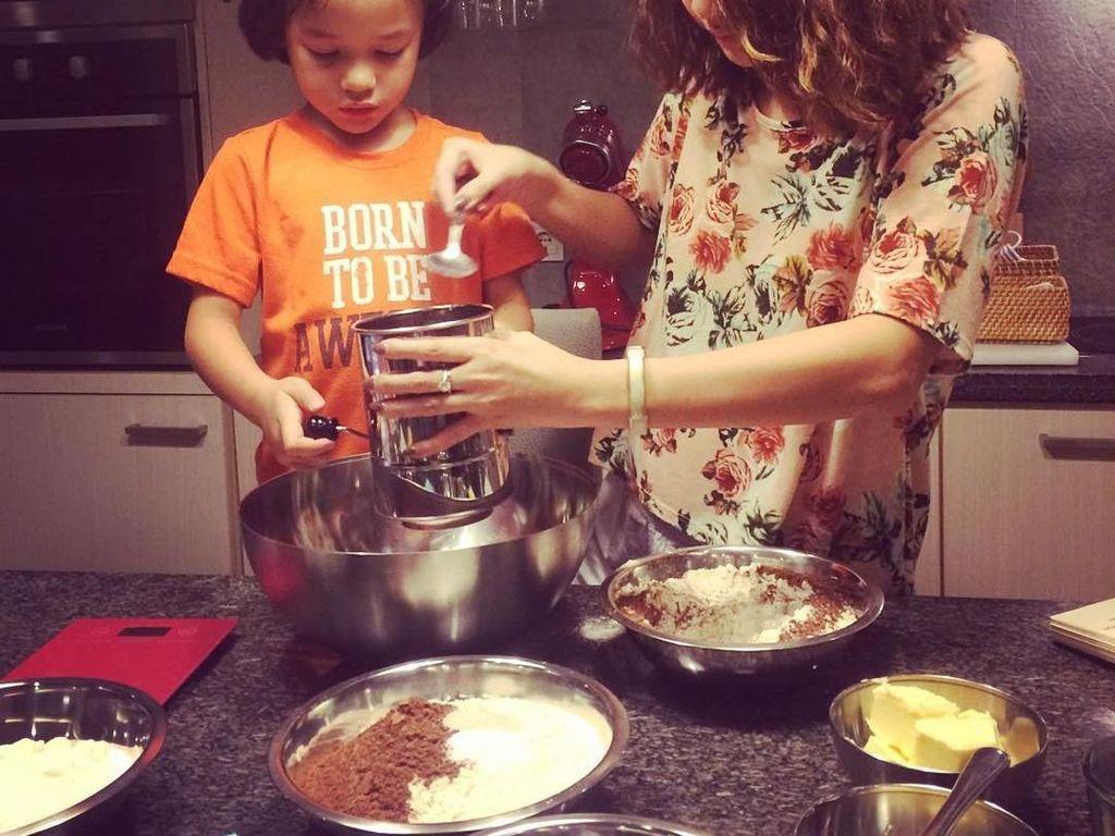 Serunya Noah membantu BCL membuat kue bersama. Terlihat kompak, kira-kira mereka mau bikin kue apa ya? Foto: Instagram@ashrafsinclair