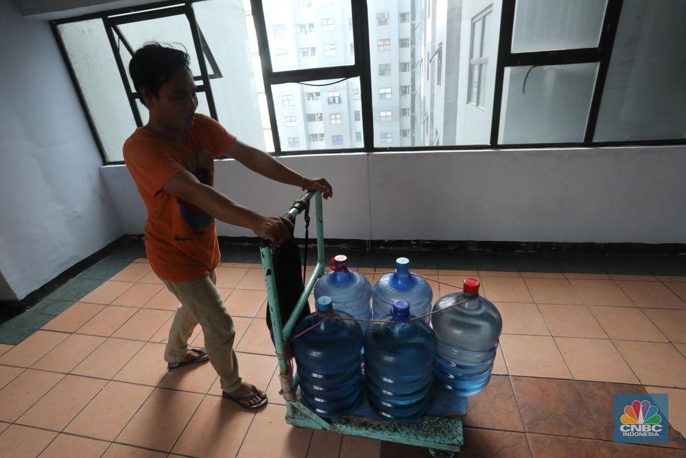 Banyak penghuni apartemen ini menggunakan air galon isi ulang untuk mandi dan aktivitas lainnya