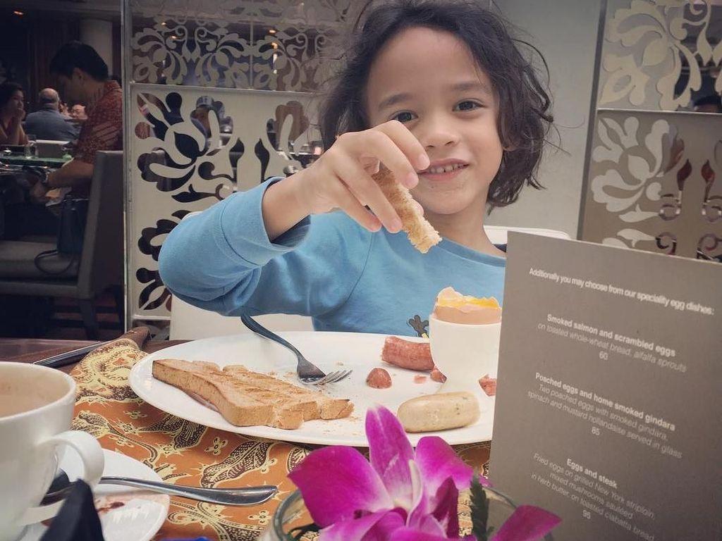 Sarapan di hotel, Noah lebih memilih untuk menikmati roti bakar dengan telur setengah matang. Foto: Instagram@ashrafsinclair