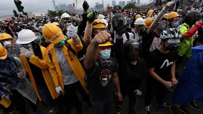 Mereka tergabung dalam kelompok pegiat Youngspiration dan HK Indigenous. Kedua kelompok itu bahkan sudah memulai unjuk rasa sejak Selasa (11/6) malam. (REUTERS/Athit Perawongmetha)