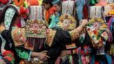 Mereka menyembah banyak dewa, memiliki tradisi minum alkohol dan boleh menikah dengan orang pilihannya - tidak seperti mayoritas masyarakat di Pakistan yang pernikahannya sering dijodohkan.