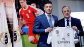 Luka Jovic dan Florentino Perez berpose dengan memamerkan kostum Real Madrid. (REUTERS/Susana Vera)