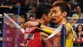 Taufik Hidayat lawan Lee Chong Wei juga sering menghadirkan duel-duel klasik. Keduanya juga bersahabat di luar lapangan.(MIKE CLARKE/AFP)