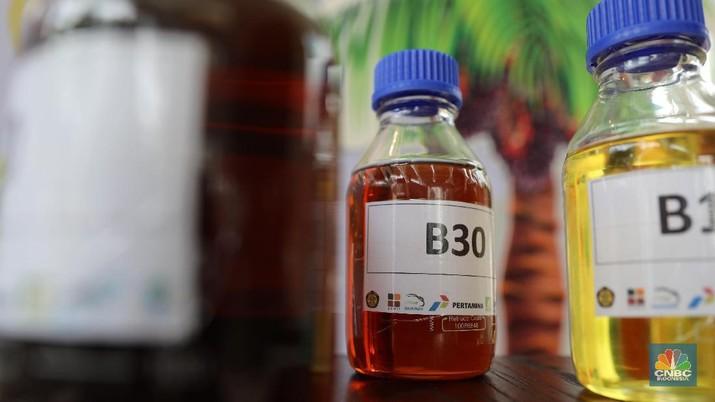 Menteri ESDM Ignasius Jonan melepas road test B30 di gedung KESDM, Jakarta, Kamis (13/6). B30 akan menggantikan pemakaian BBM impor sebesar 55 juta barel. B30 akan menggantikan pemakaian BBM impor sebesar 55 juta barel. Menteri ESDM Ignasius Jonan didampingi Wakil Menteri ESDM Arcandra Tahar, me-launching Road Test Penggunaan Bahan Bakar B30 (campuran biodiesel 30% pada bahan bakar solar) pada kendaraan bermesin diesel. Launching Road Test B30 ditandai dengan pelepasan keberangkatan 3 unit truk dan 8 unit kendaraan penumpang berbahan bakar B30 yang masing-masing akan menempuh jarak 40 ribu dan 50 ribu kilometer. (CNBC Indonesia/Muhammad Sabki)