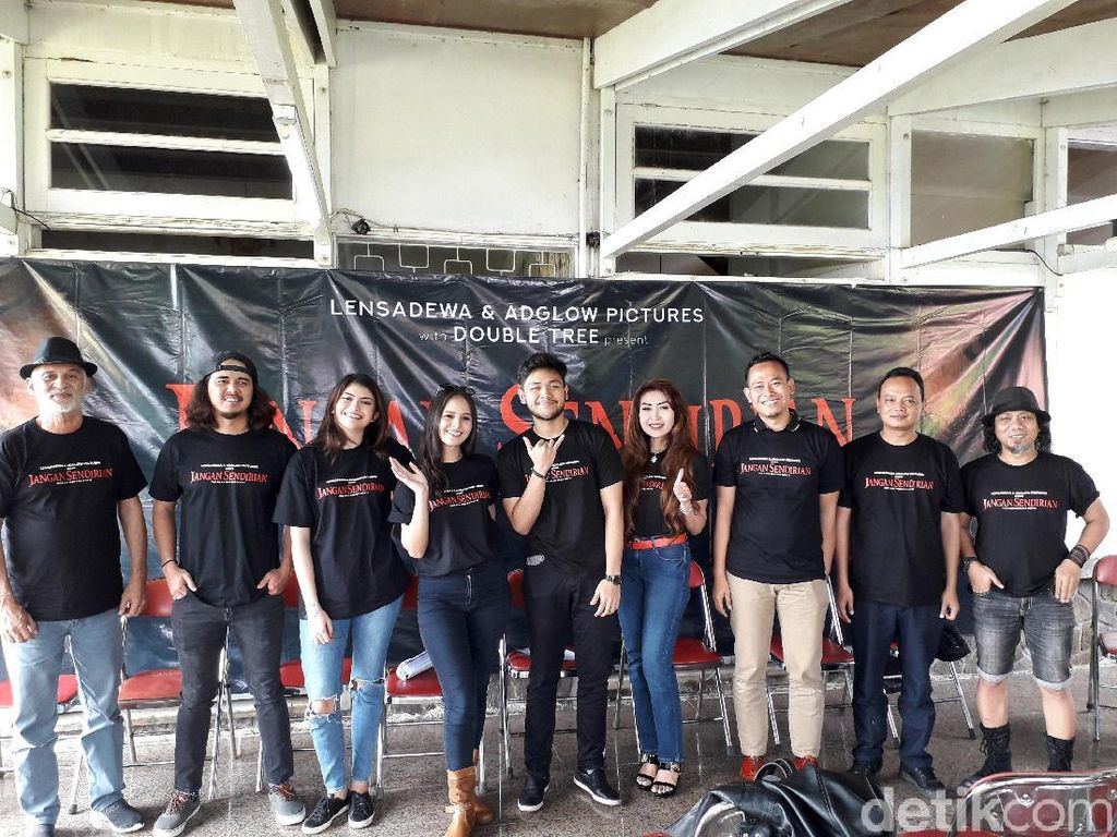 Robby Sugara bersama para pemain film Jangan Sendirian saat ditemui di Kaliurang, Slemanpada Sabtu (2/3).Ristu Hanafi/detikFoto