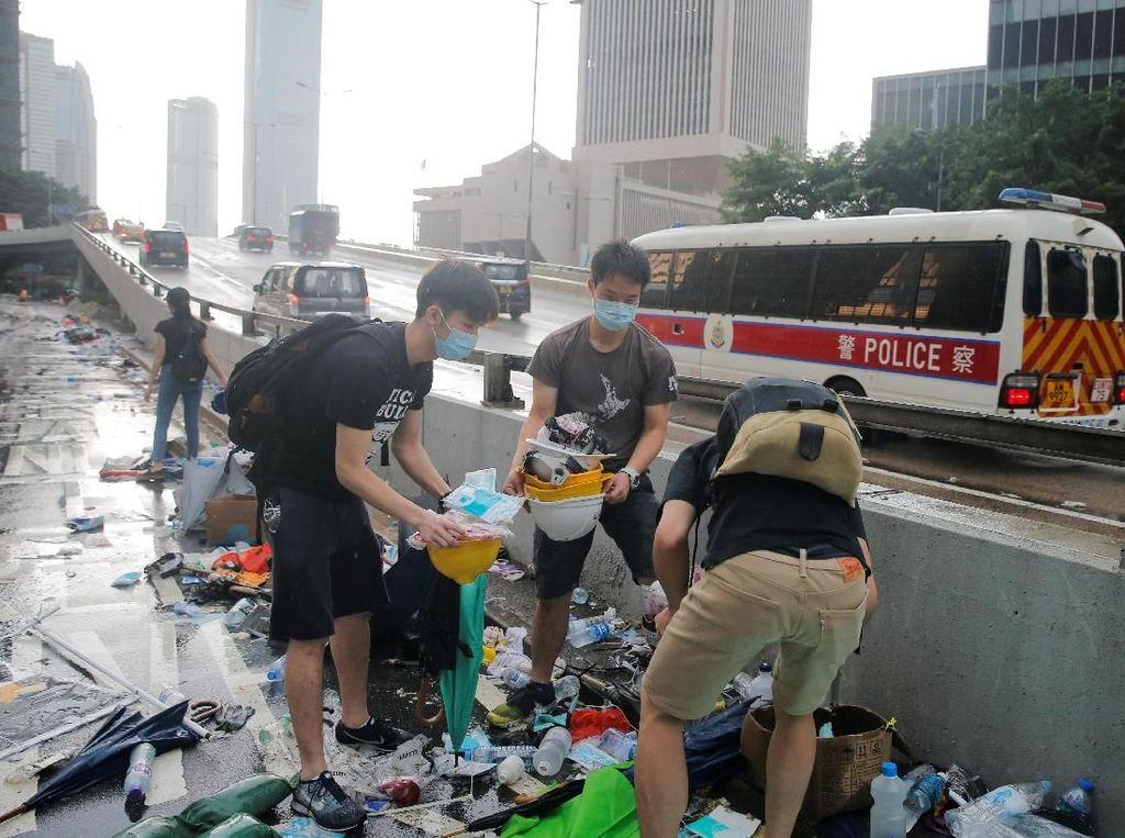 Sampah yang berserakan di sejumlah jalan di kota Hong Kong itu merupakan sisa-sisa dari aksi protes warga Hong Kong terkait RUU Ekstradisi yang terjadi beberapa waktu lalu. Thomas Peter/Reuters.