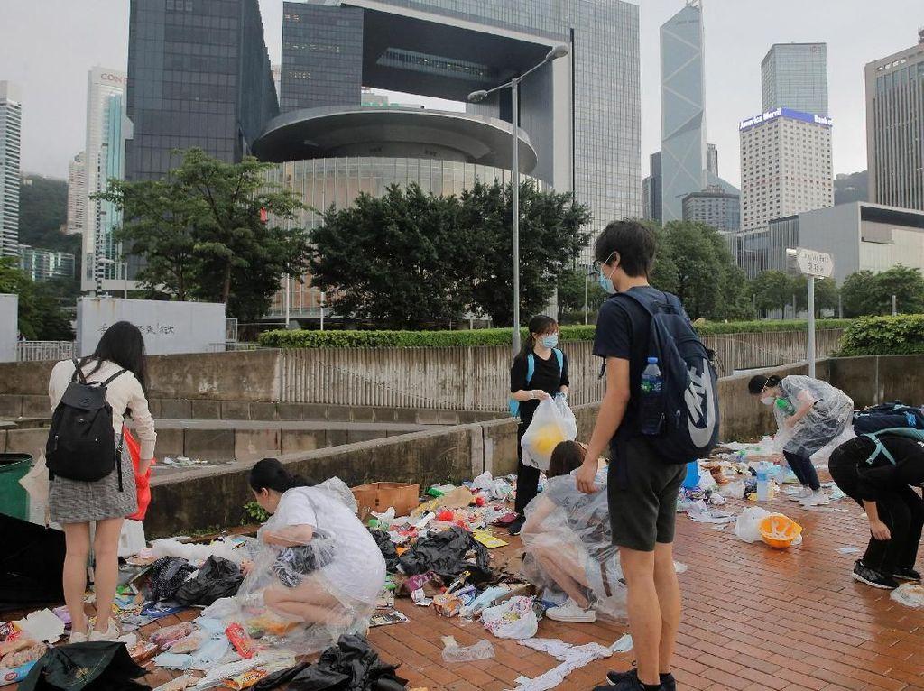 Kegiatan bersih-bersih sampah sisa aksi protes RUU ekstradisi itu dilakukan agar jalan-jalan di kota Hong Kong kembali bersih dan nyaman. Thomas Peter/Reuters.
