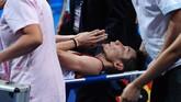 Lee Chong Wei saat cedera melawan Lin Dan di final Kejuaraan Dunia 2013. Chong Wei terpaksa mundur di pengujung gim ketiga dan ditandu keluar lapangan. (STR/AFP)
