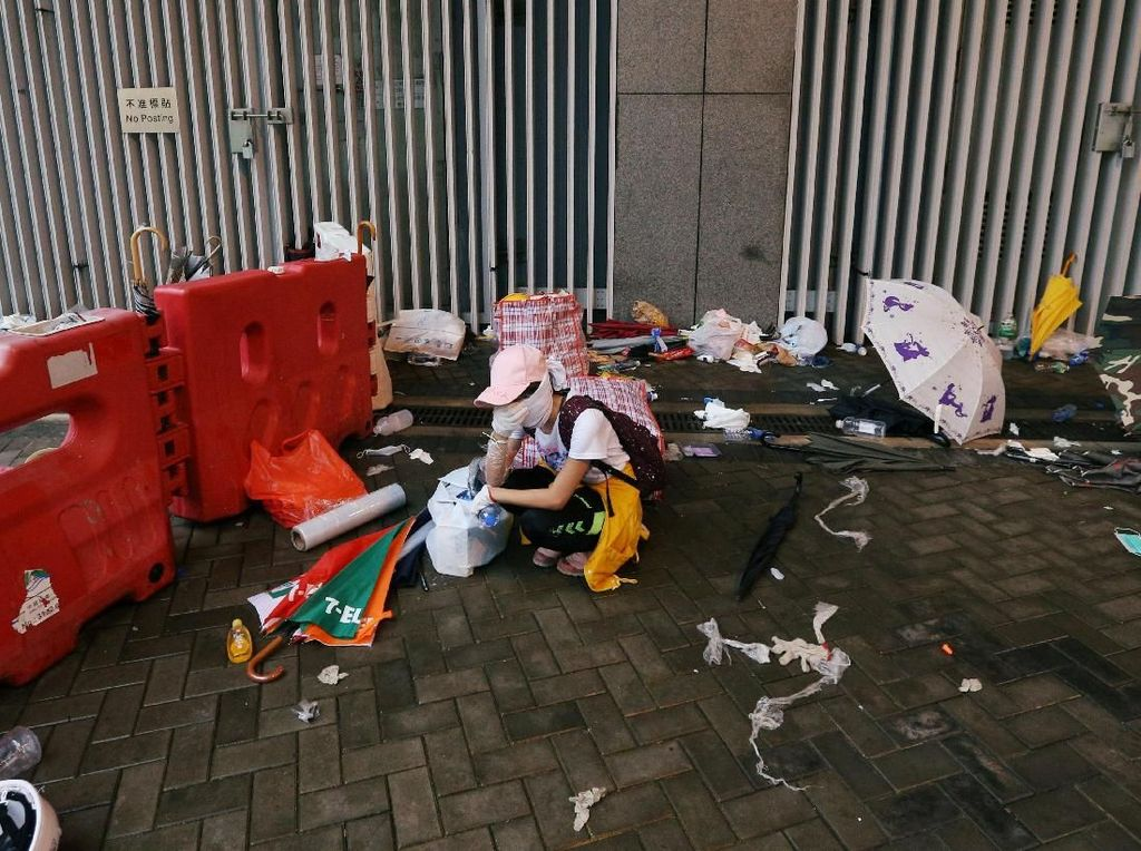 Aksi protes pada Minggu (9/6) waktu setempat yang berawal damai, berakhir ricuh pada Senin (10/6) pagi. Ratusan demonstran bentrok dengan polisi yang menggunakan semprotan merica untuk memukul mundur mereka. Aksi protes itu digelar setelah berminggu-minggu munculnya kegusaran di kalangan pengusaha, diplomat dan praktisi hukum yang mengkhawatirkan RUU itu akan mengikis otonomi hukum Hong Kong. Athit Perawongmetha/Reuters.